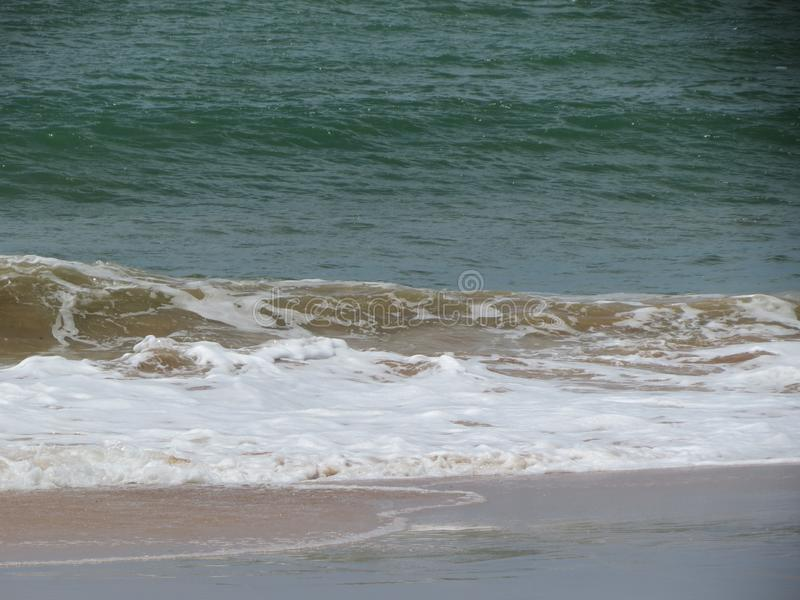 Sable et vague brésiliens de plage image libre de droits