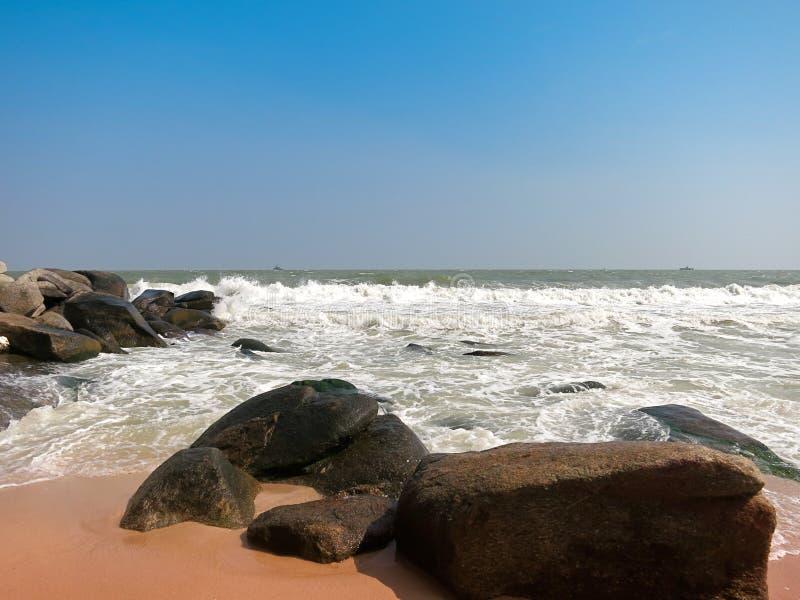Sable et vague de roche photographie stock libre de droits
