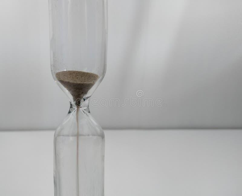 Sable fonctionnant par les ampoules d'un sablier mesurant le temps de d?passement dans un compte ? rebours images libres de droits
