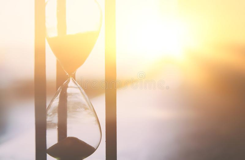 Sablier comme heure passant le concept pour la date-butoir d'affaires photos stock