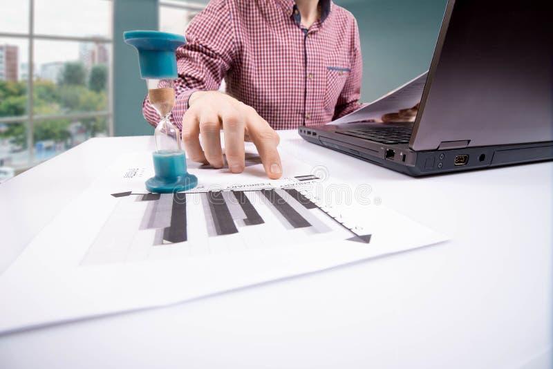 sablier Homme d'affaires travaillant dans le bureau à l'arrière-plan Concept le temps, c'est de l'argent photos stock