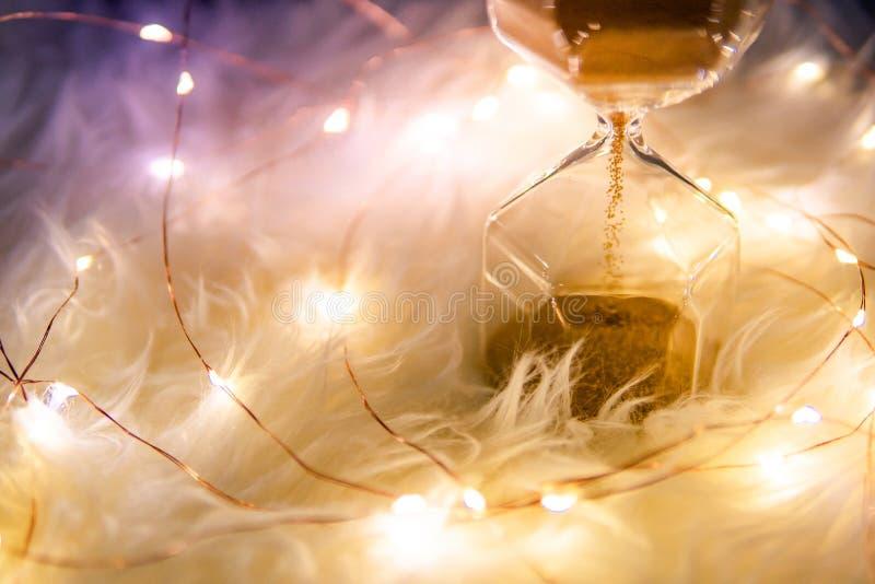 Sablier sur le tapis de flur avec les lumières décoratives photos libres de droits