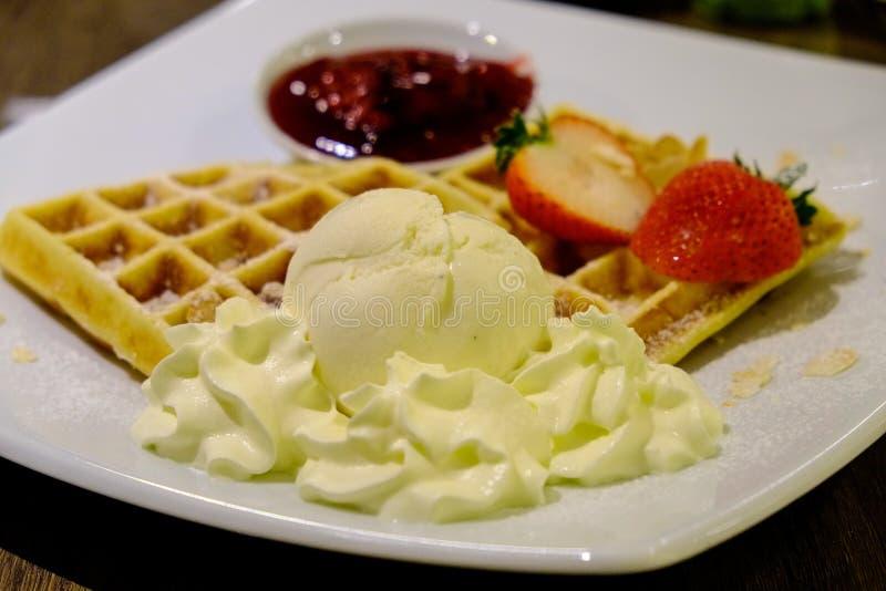 Sabor y fresa del vanila del helado de la galleta imagen de archivo