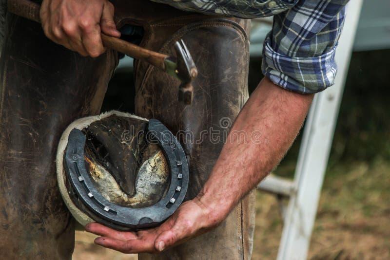 Sabot de chevaux chaussé par le maréchal-ferrant/forgeron photographie stock libre de droits