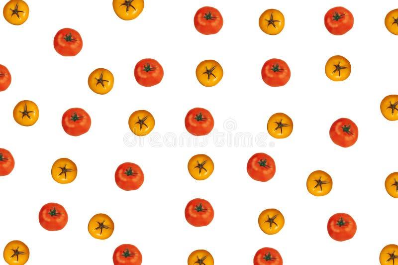 Sabot rouge et jaune de tomates sur le blanc images stock