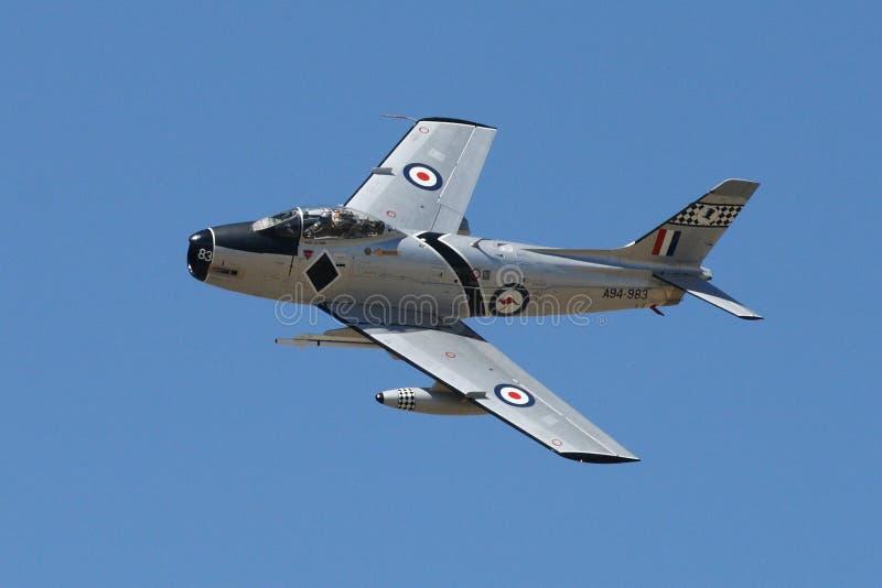Sabre F-86 faisant le passage lent photo stock