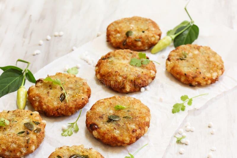 Sabudana Vada/frittelle della perla tapioca del sagù - alimenti a rapida preparazione di Navratri dell'indiano fotografia stock libera da diritti