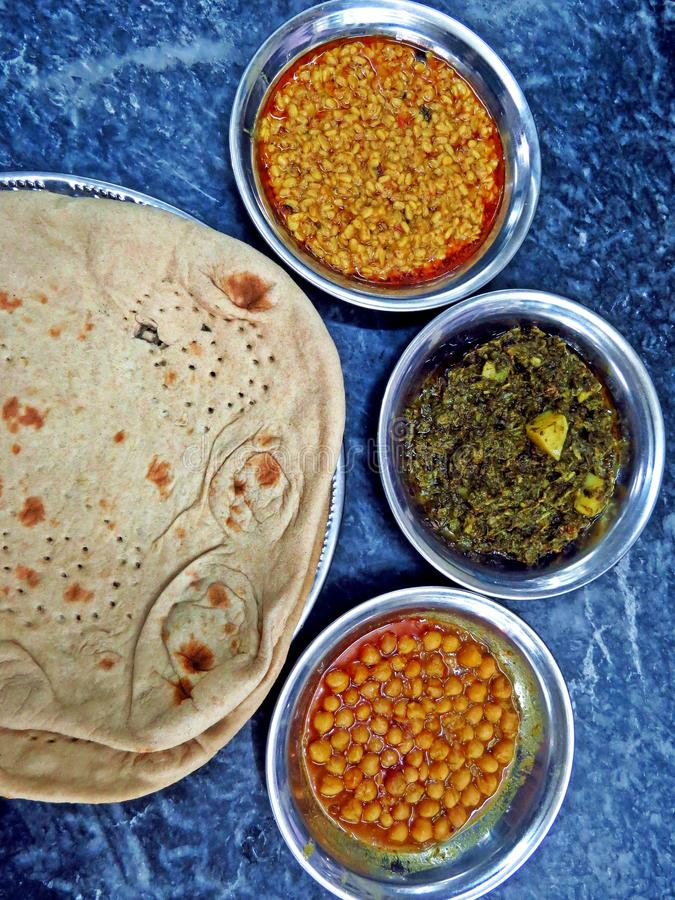 sabzi do roti, chana e dal, prato típico do paquistanês do vegetariano imagem de stock