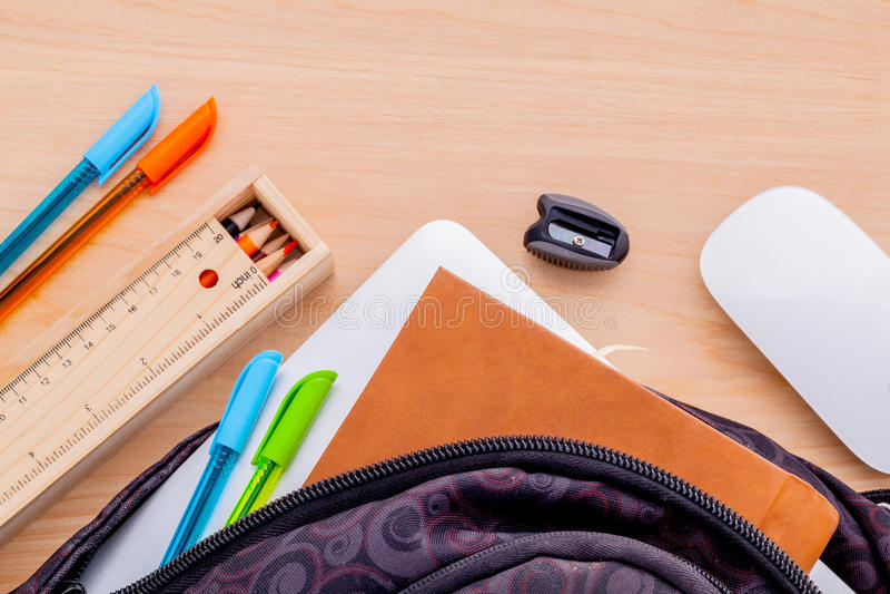Sac à dos avec des fournitures scolaires image libre de droits