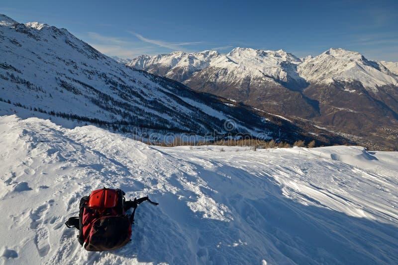 Sac à dos avec des outils de sécurité d'avalanche photos stock