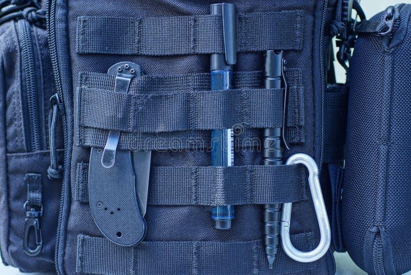 sac à dos avec un ensemble d'articles et d'outils avec harnais image libre de droits