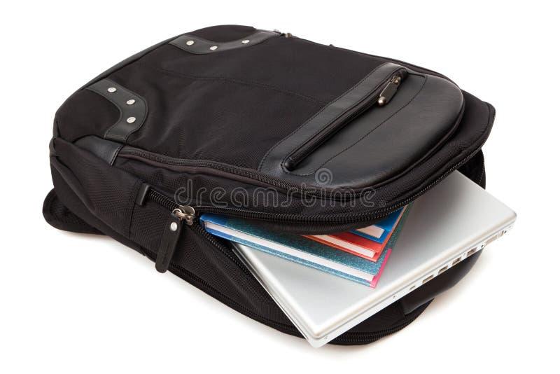 Sac à dos avec un ordinateur portatif et des livres photos libres de droits