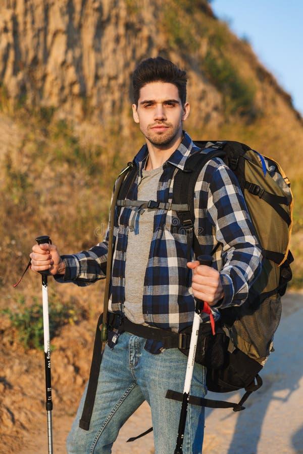 Sac à dos de transport de jeune homme attirant photographie stock libre de droits