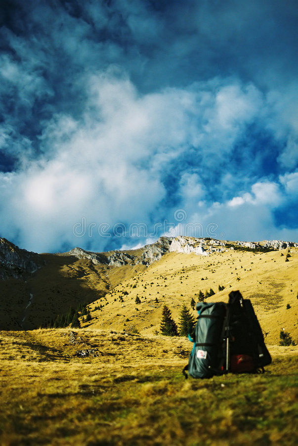 Sac à dos et montagnes photographie stock libre de droits