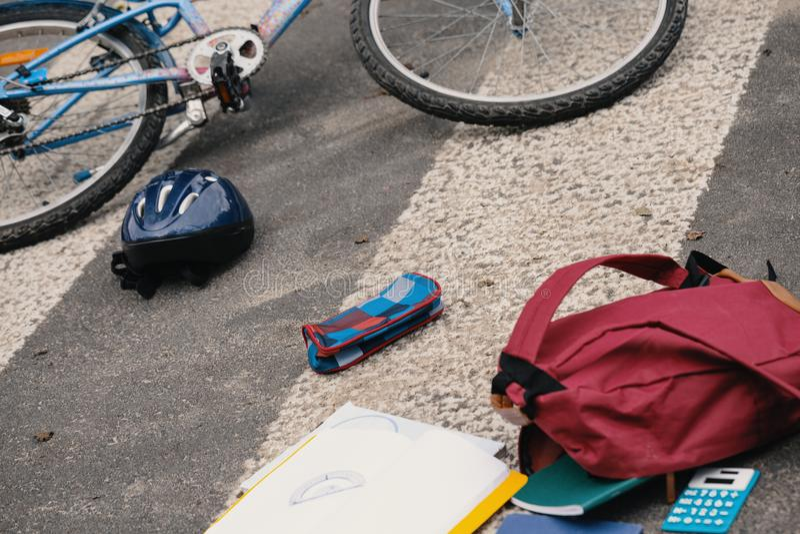 Sac à dos et vélo du ` s d'enfant sur le passage pour piétons après dangereux photo stock