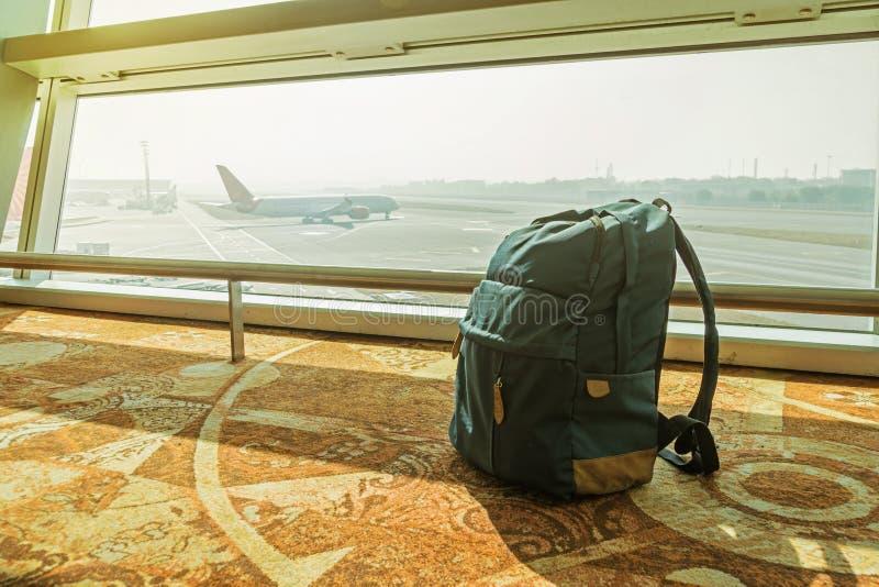 Sac à dos simple à l'aéroport photos libres de droits