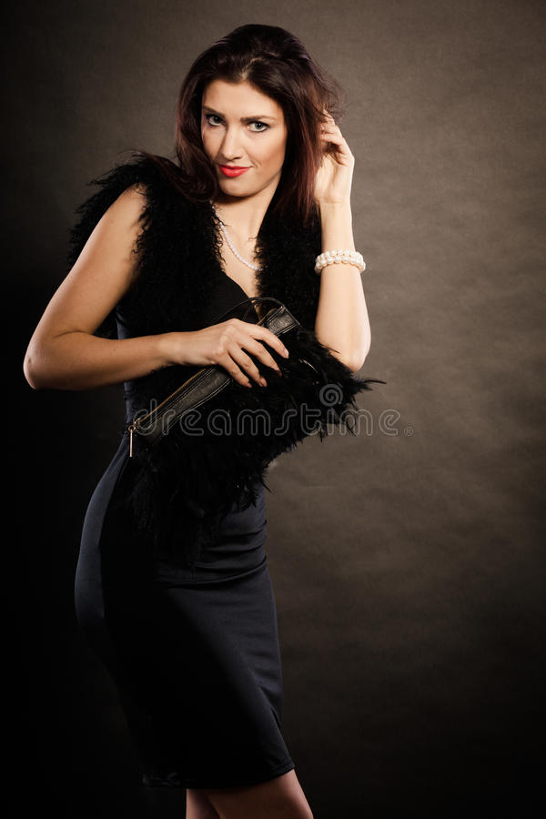 Sac à main de robe de soirée de femme à disposition sur le noir photographie stock