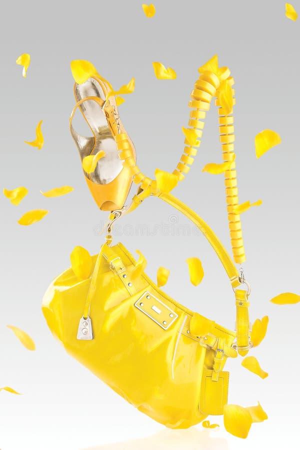 Sac à main et pompes jaunes image stock