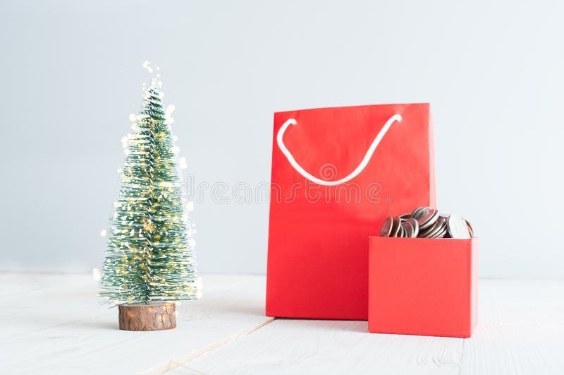 Sac à provisions et boîte-cadeau rouges avec des pièces de monnaie photographie stock