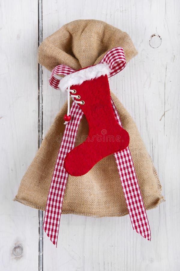 Sac actuel avec la botte de Santa sur le fond blanc pour Noël image stock