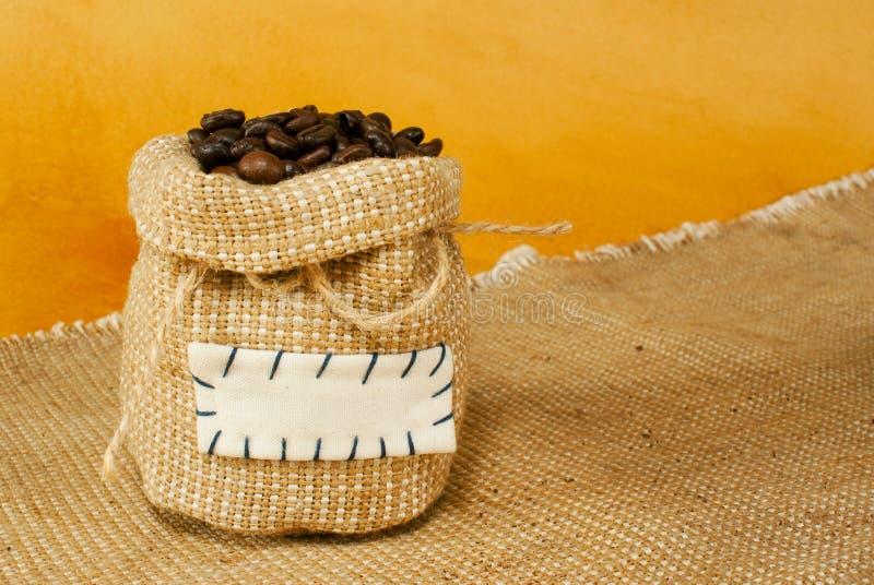 Sac avec les grains de café rôtis photographie stock