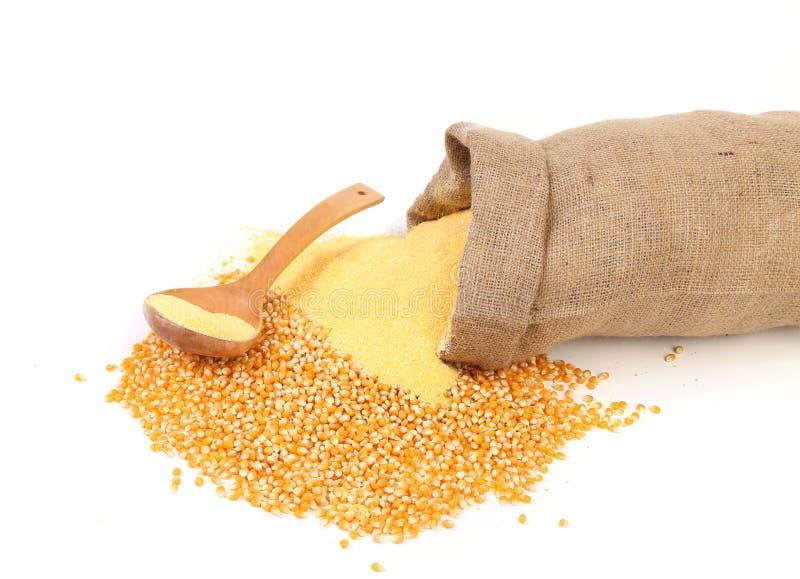 Sac avec les grains et la farine de maïs. photos libres de droits