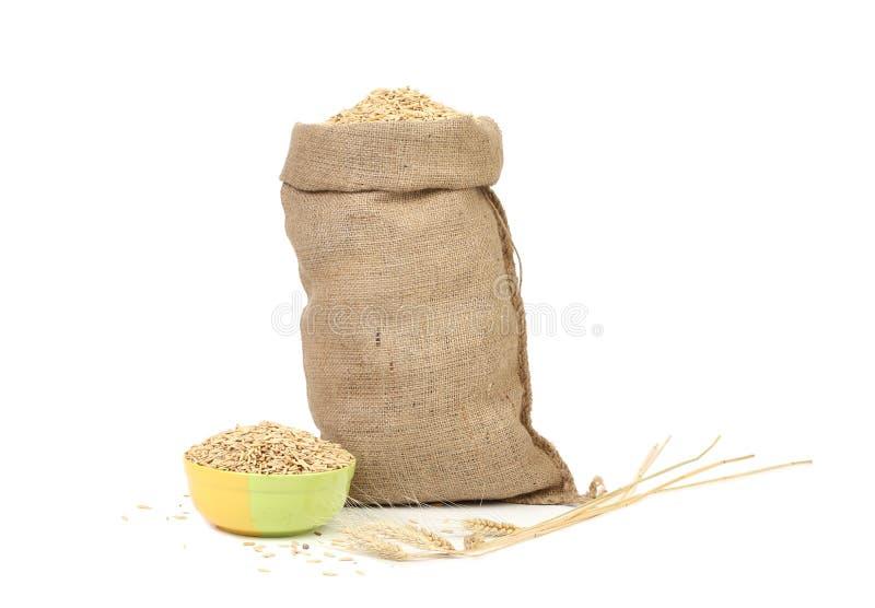 Sac avec les grains et le blé d'oreille images stock