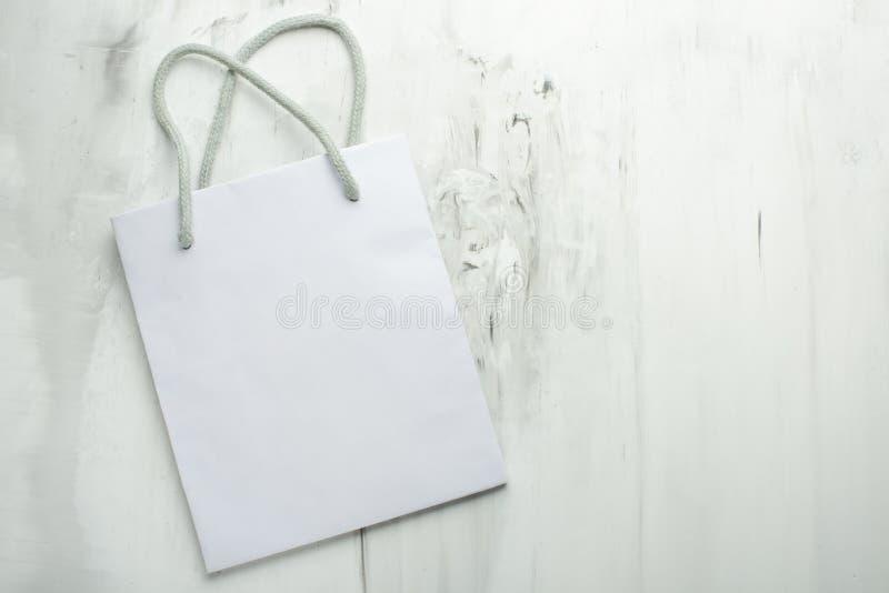 Sac blanc vide de cadeau sur le fond Le concept des inscriptions de conception et de police et du placement d'image photos stock