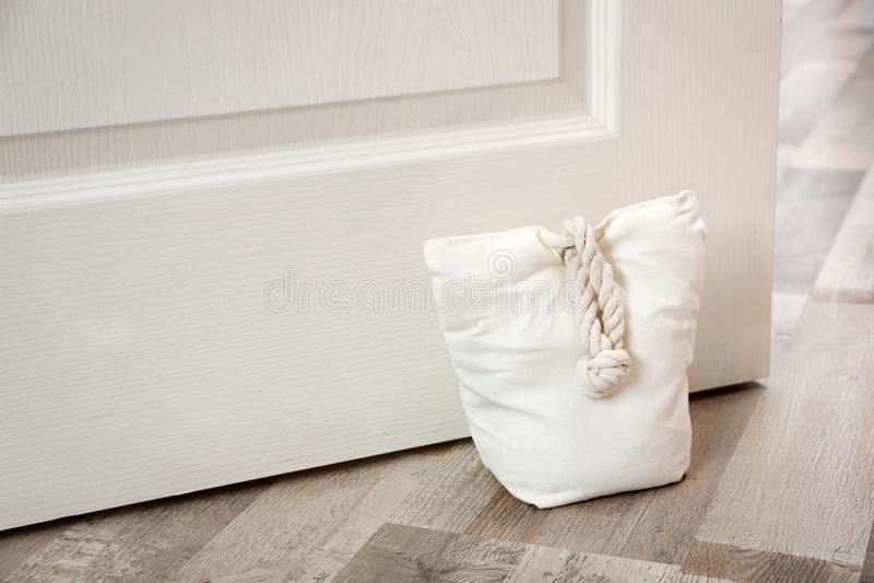 Sac bourré tenant la porte en bois photographie stock libre de droits