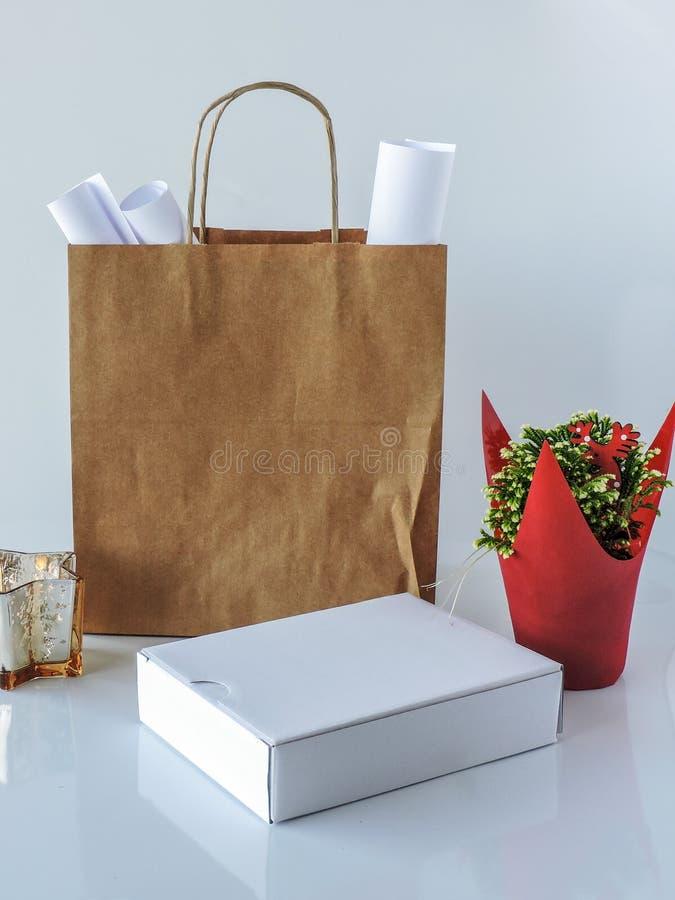 Sac brun vide de paquet, papier d'emballage et boîtier blanc photographie stock