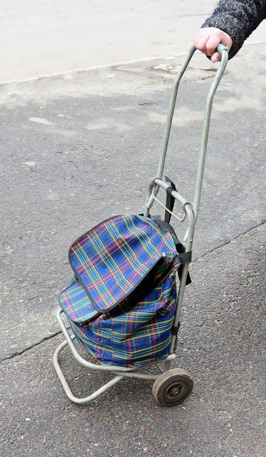 Sac-chariot dans une main. image stock