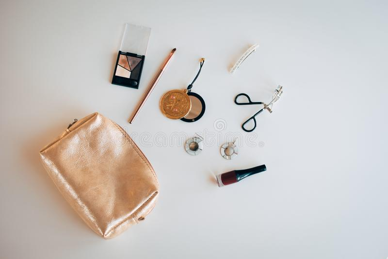 Sac cosmétique d'or avec les produits cosmétiques image libre de droits