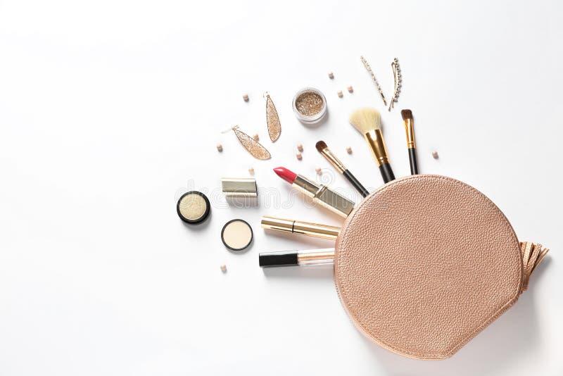 Sac cosmétique et différents produits de maquillage de luxe sur le fond blanc image libre de droits