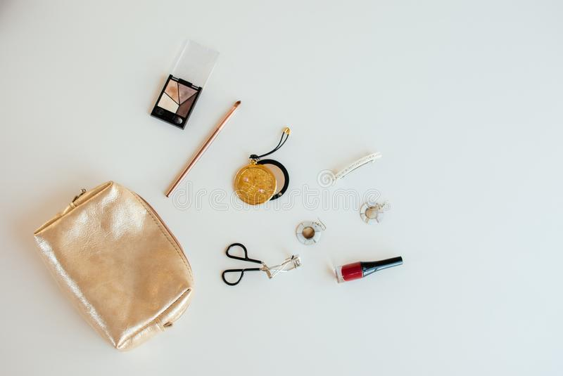 Sac cosm?tique d'or avec les produits de beaut? cosm?tiques photos stock