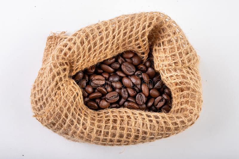 Sac cru ? jute et grains de caf? bien-br?l?s Caf? parfum? stock? dans une cuisine ? la maison images libres de droits