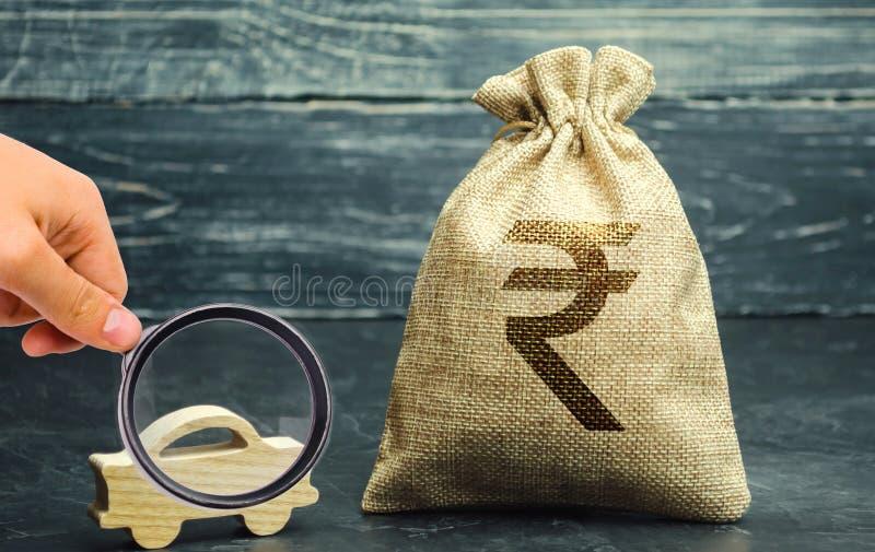 Sac d'argent avec la roupie de roupie indienne et la voiture miniature Le concept de l'argent ?conomisant pour acheter une voitur images stock