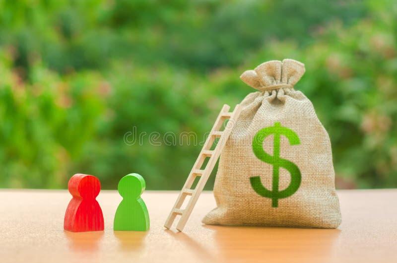 Sac d'argent avec le symbole du dollar et chiffres humains d'OE près d'une échelle De d?marrage et crowdfunding Dépôt et épargne  images stock