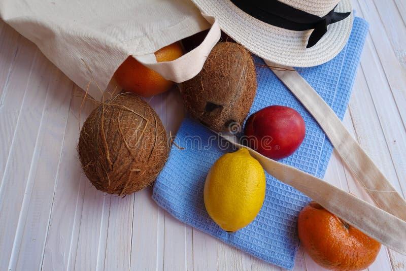 Sac d'Eco avec le fruit, le chapeau et les lunettes de soleil image libre de droits