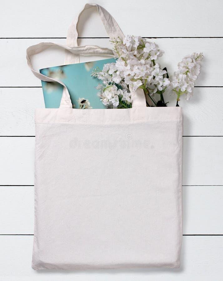 Sac d'emballage vide blanc d'eco de coton, maquette de conception images stock