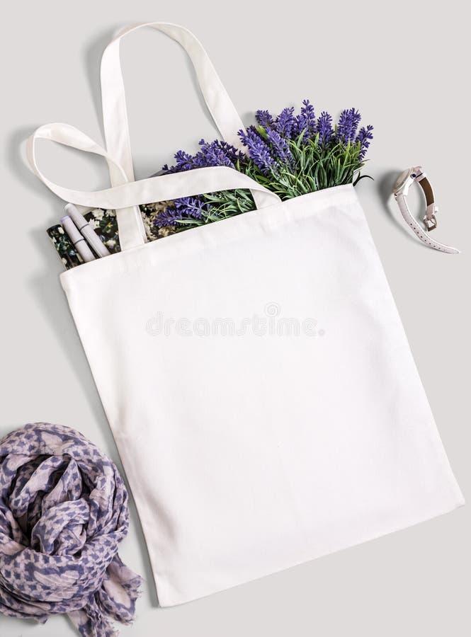 Sac d'emballage vide blanc d'eco de coton, maquette de conception photos libres de droits