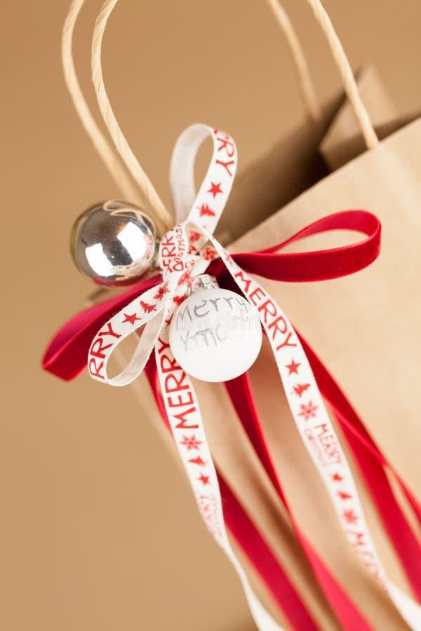 Sac de cadeau avec le ruban de Joyeux Noël photo libre de droits