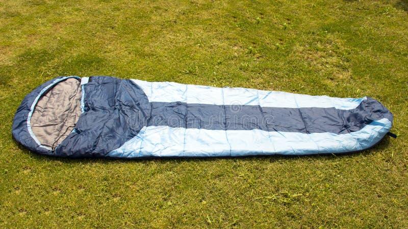 Sac de couchage dans la tente camper Équipement pour la récréation et le tourisme images stock