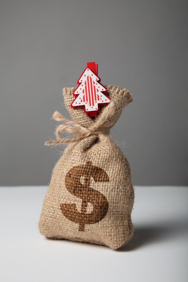Sac de cru avec l'argent, le symbole dollar et la nouvelle ann?e et l'arbre de No?l images libres de droits