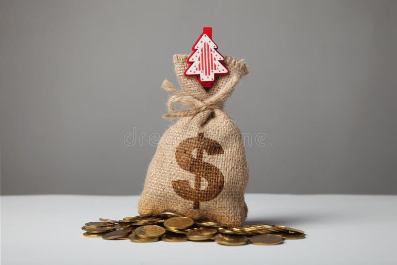 Sac de cru avec l'argent, le symbole dollar et la nouvelle ann?e et l'arbre de No?l images stock