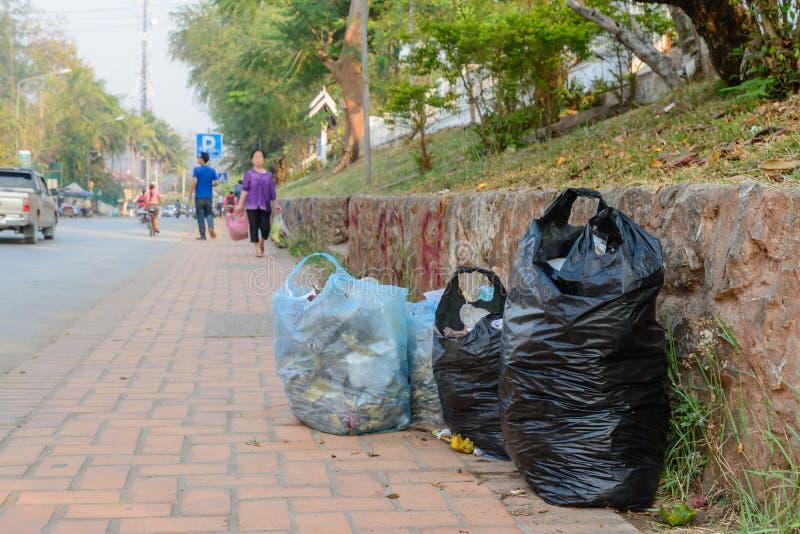 Sac de déchets sur le côté de rue photo libre de droits