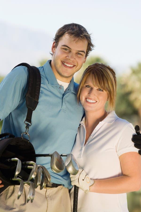 Sac de golf de transport de couples heureux photos stock