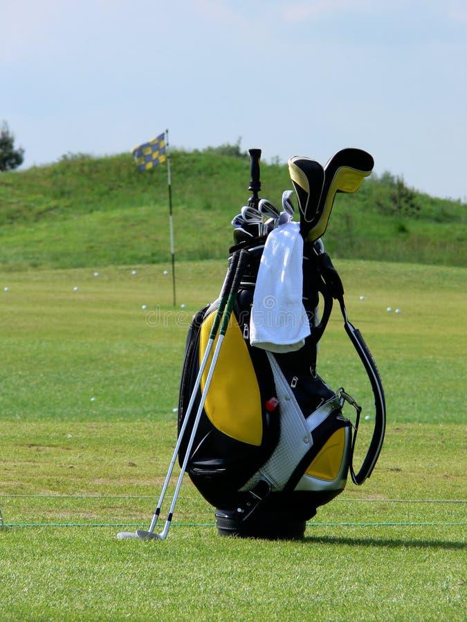 Sac de golf sur une zone photo stock