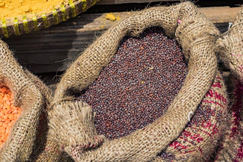 Sac de grains de café secs de baies sur la table en bois photos stock
