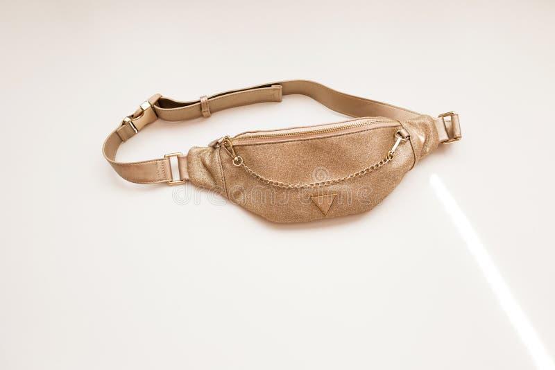 Sac de la ceinture des femmes fascinantes de couleur d'or sur un fond d'isolement blanc Sac à main de mode avec une chaîne d'or image libre de droits