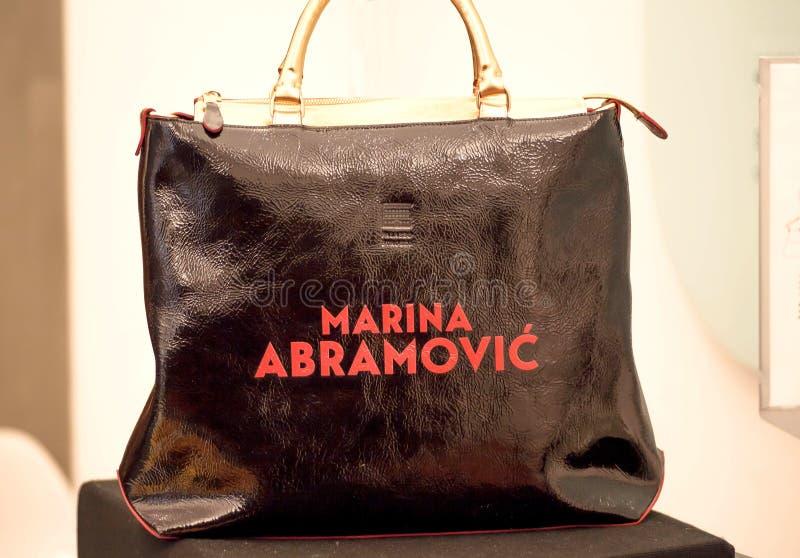 Sac de mode avec le nom de l'artiste célèbre Marina Abramovic sur son exhibitition photos stock